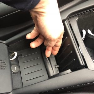 Om de oplader in de center console aan te sluiten 1 | tesland.com