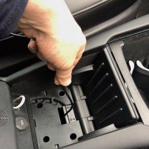 Om de oplader in de center console aan te sluiten 2 | tesland.com