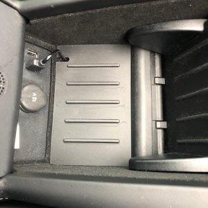 Om de oplader in de center console aan te sluiten 3 | tesland.com