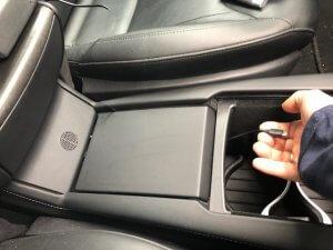 Om de oplader in de center console aan te sluiten 4 | tesland.com