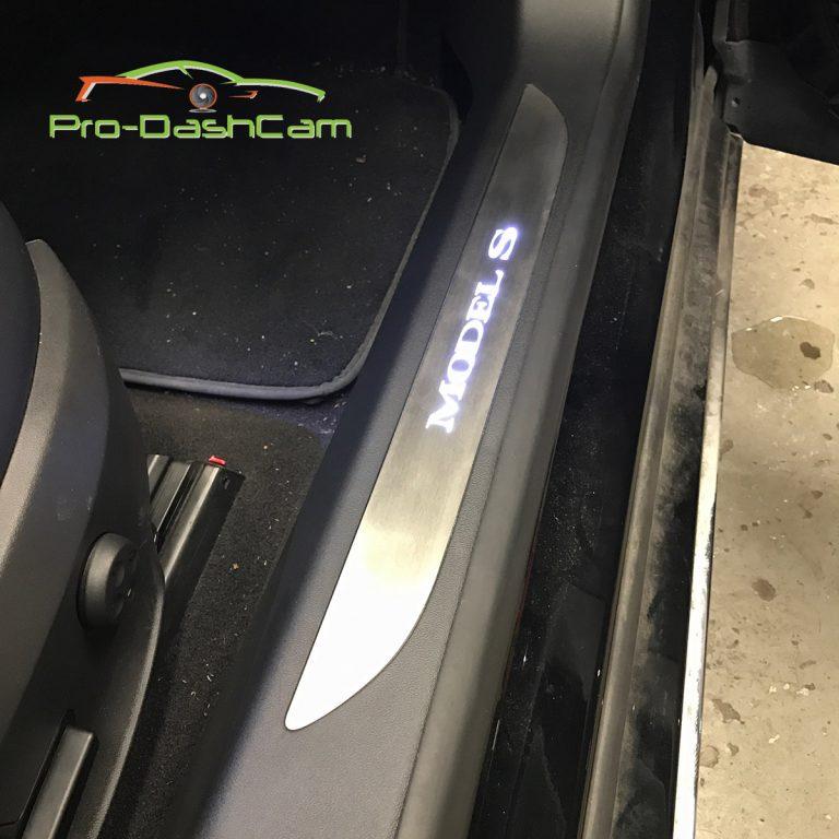 illuminated door sills Tesla Model S instructiefoto 20 | tesland.com